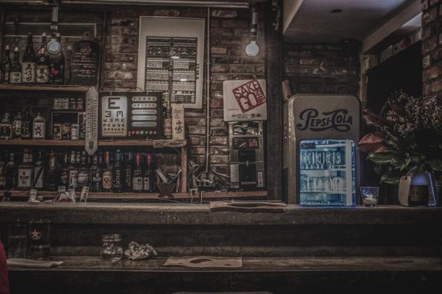 Gemütlich in einer Bar Wein trinken und Brot essen.