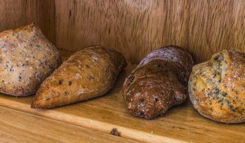 Gebackene Brote im Brotkasten lagern